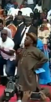 Gov. Rotimi Amaechi kneels to worship God during rally | ozara gossip