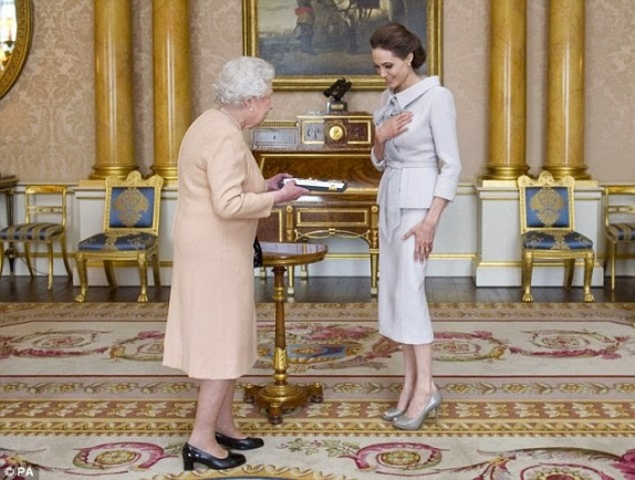 Angelina Jolie, honored by the Queen of England | ozara gossip