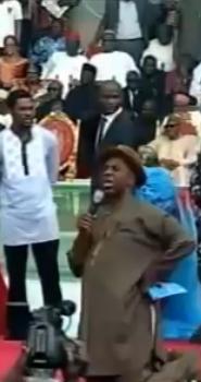 Gov. Rotimi Amaechi kneels to pray to God during rally | ozara gossip