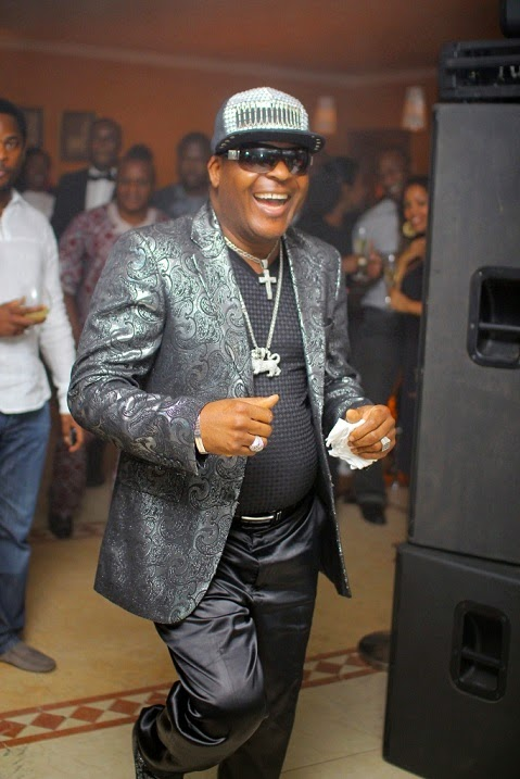 Sir Shina Peters, Autographs Boobs | ozara gossip